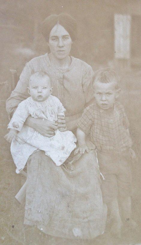 Poteet Josephine and Children circa 1912.jpg